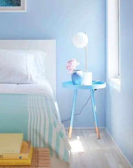 16. Decoração na cor azul pastel com mesa de canto retrô para quarto – Foto: Liliana Zenaro Interiores