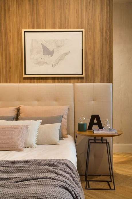 17. Decoração em cores neutras com mesa de canto redonda para quarto de casal planejado com cabeceira estofada – Foto: Casa de Valentina