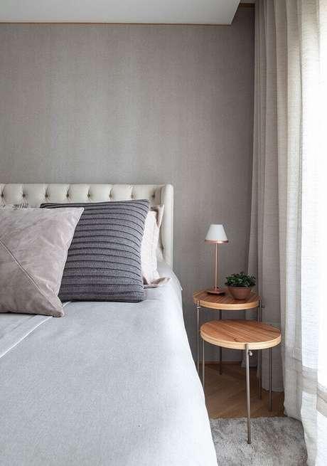 7. Escolha uma mesa de canto para quarto que se adeque ao tamanho do ambiente – Foto: Casa de Valentina