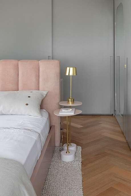 21. Mesa de canto pequena para quarto moderno decorado em cinza e rosa – Foto: Lulu & Georgia