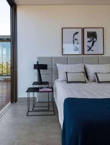 4. Decoração moderna com mesa de canto quadrada para quarto de casal cinza e branco – Foto: Casa de Valentina