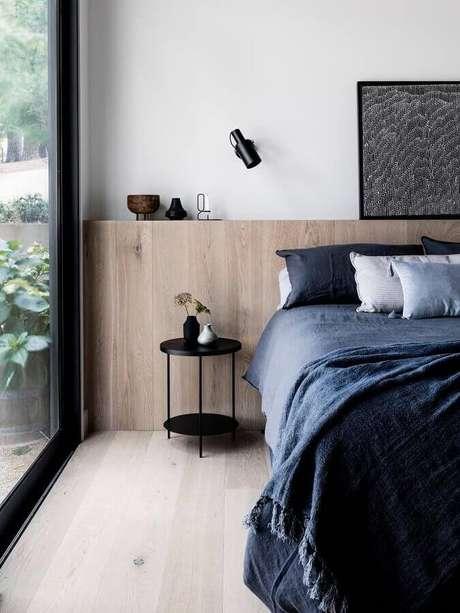22. Decoração moderna com mesa de canto redonda para quarto com cabeceira de madeira planejada – Foto: The Local Project