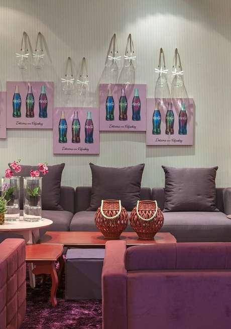 21. Decoração ousada com sofá roxo e mesa de centro vermelha. Projeto por Brunete Fraccaroli