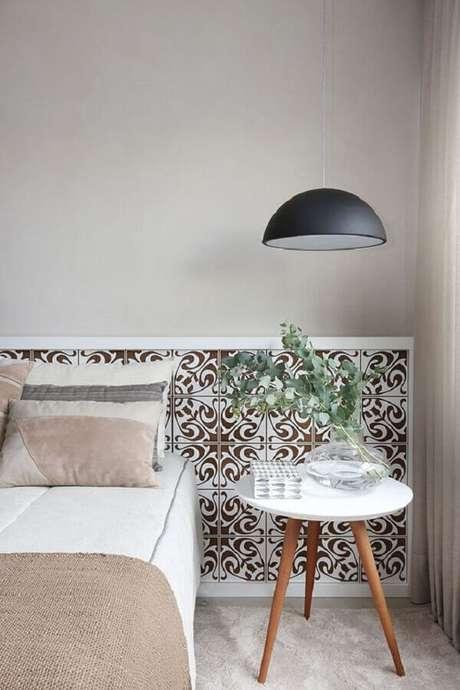 9. Decoração simples com luminária pendente e mesa de canto retrô para quarto de casal – Foto: Casa de Valentina