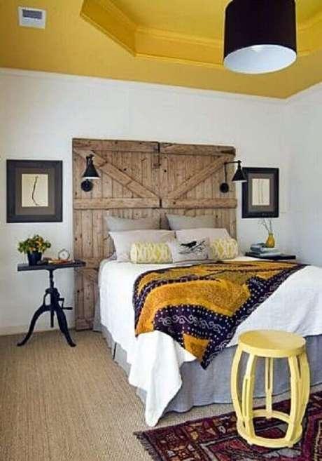 23. Decoração simples com mesa de canto para quarto com cabeceira rústica – Foto: Simples Decoração