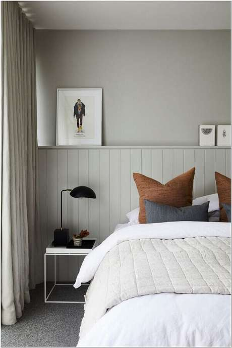 24. Decoração simples com mesa de canto para quarto de casal cinza e branco – Foto: Apartment Therapy