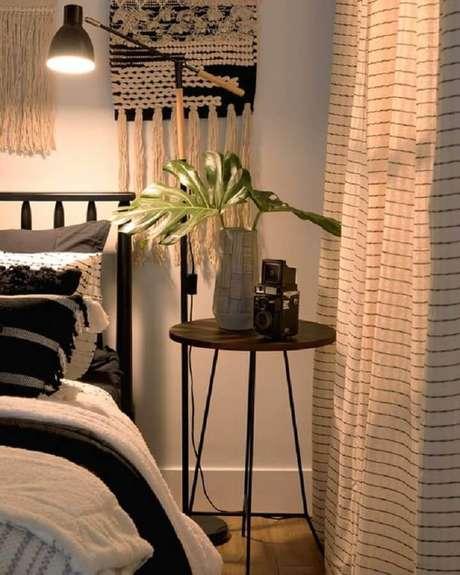 25. Decoração simples com mesa de canto para quarto pequeno -Foto: Pinterest