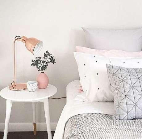 26. Decoração simples com mesa de canto redonda para quarto branco e rosa – Foto: Talita Lisboa