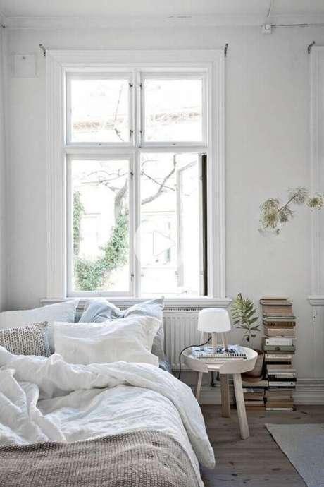 28. Decoração simples com mesa de canto redonda para quarto todo branco – Foto: Apartment Therapy