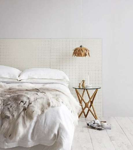 29. Mesa de canto para quarto minimalista todo branco – Foto: Pinterest