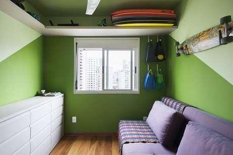 8. Dormitório criativo com paredes em tom verde e sofá cama roxo. Fonte: MIS Arquitetura e Interiores