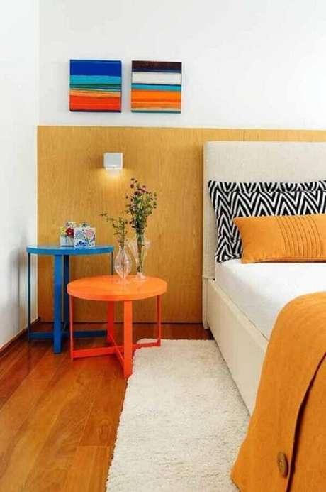 5. Mesa de canto colorida para quarto decorado com tapete branco – Foto: Pinterest
