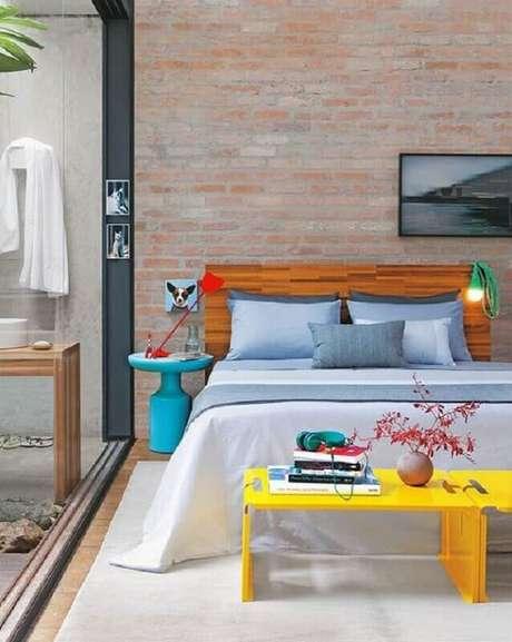 1. Mesa de canto para quarto colorido decorado com parede tijolinho – Foto: Histórias de Casa
