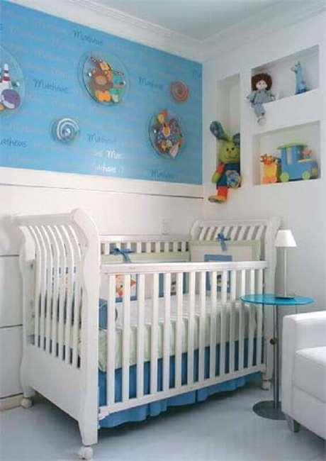 30. Mesa de canto para quarto de bebê azul e branco – Foto: Pinterest