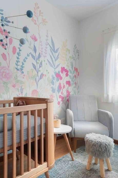 31. Mesa de canto para quarto de bebê cinza e branco decorado com papel de parede floral – Foto: Duas Arquitetura