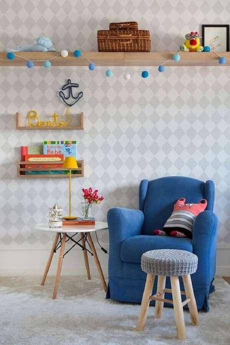 32. Invista em uma mesa de canto para quarto de bebê colocada ao lado da poltrona de amamentação – Foto: Casa de Valentina