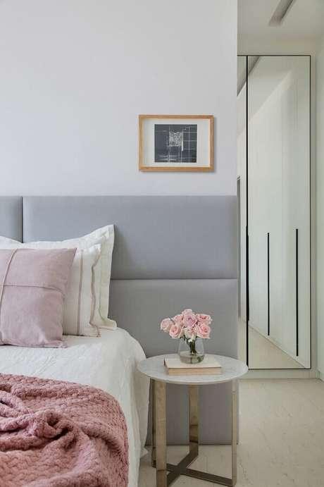 33. Mesa de canto para quarto de casal decorado com cabeceira cinza estofada – Foto: Casa de Valentina