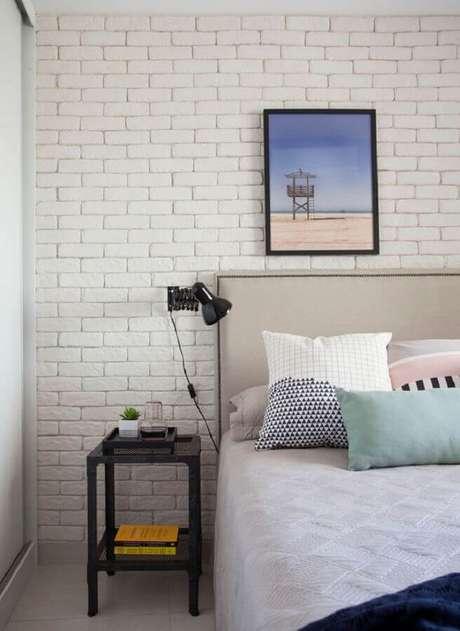 35. Mesa de canto para quarto de casal decorado com parede de tijolinho branca – Foto: Archilovers