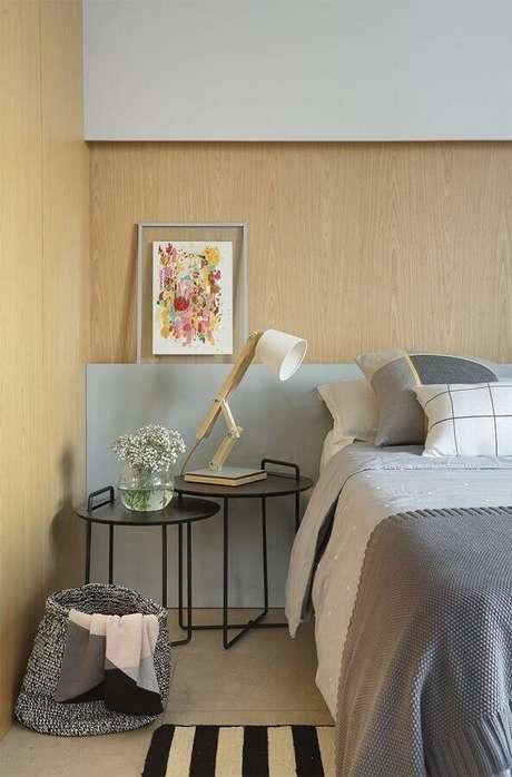 40. Mesa de canto para quarto moderno planejado com parede amadeirada – Foto: Casa de Valentina