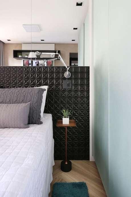 42. Decoração moderna com mesa de canto para quarto pequeno com cabeceira preta 3D – Foto: Studio Idealize Arquitetura