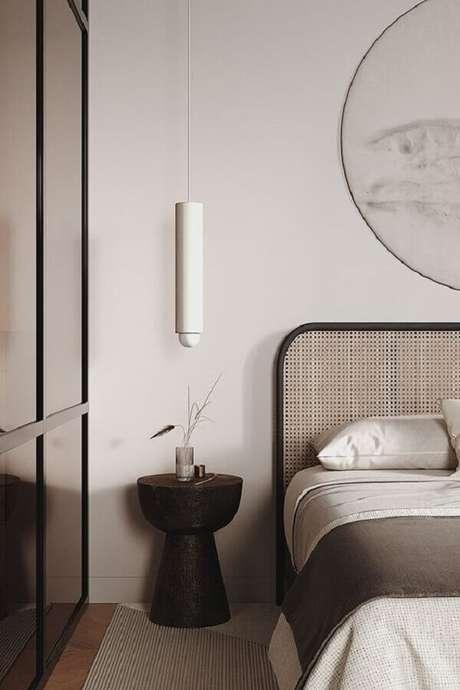45. Mesa de canto para quarto pequeno decorado com cabeceira de telinha – Foto: Behance
