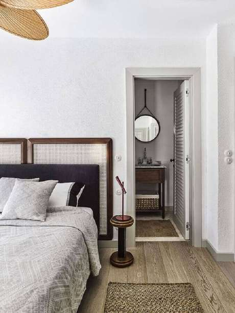 46. Mesa de canto pequena para quarto de casal decorado com duas cabeceira de cama – Foto: Pinterest