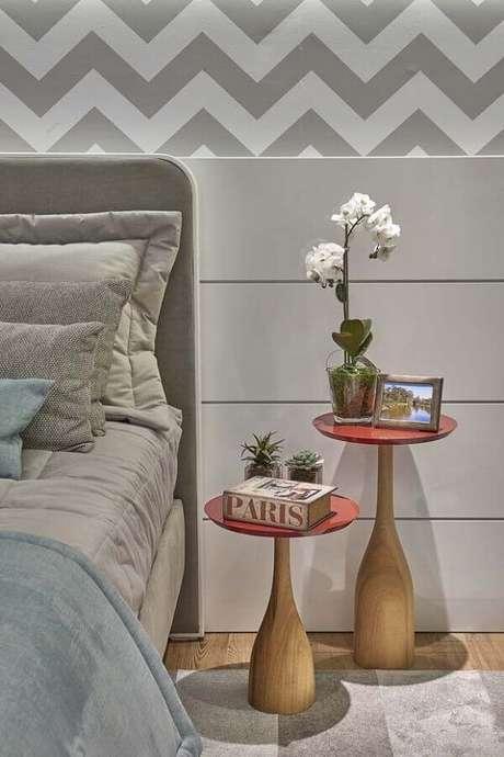 47. Mesa de canto redonda para quarto decorado em tons de cinza – Foto: Dcore Você