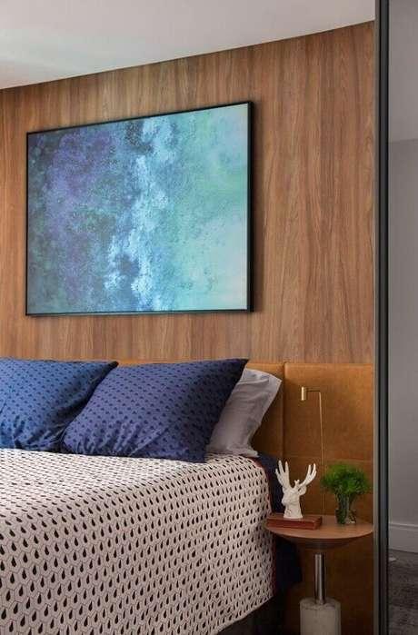 48. Mesa de canto para quarto de casal decorado com revestimento amadeirado e cabeceira planejada – Foto: Pinterest