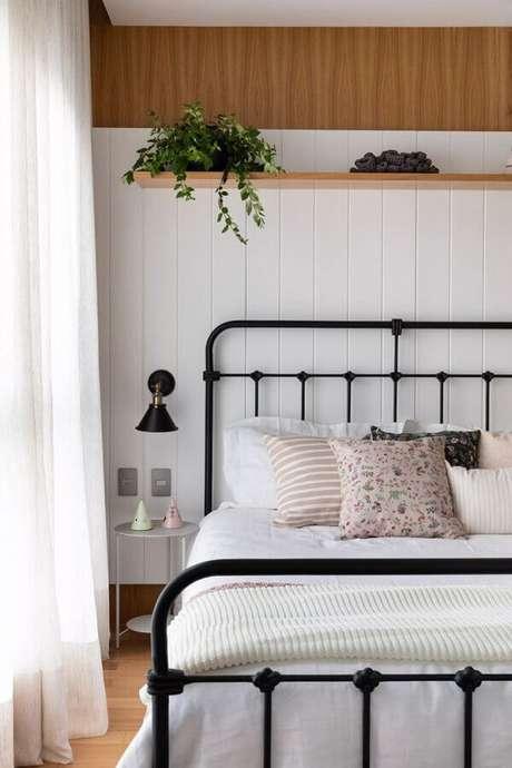 49. Mesa de canto pequena para quarto de casal simples decorado com cama de ferro – Foto: Pinterest