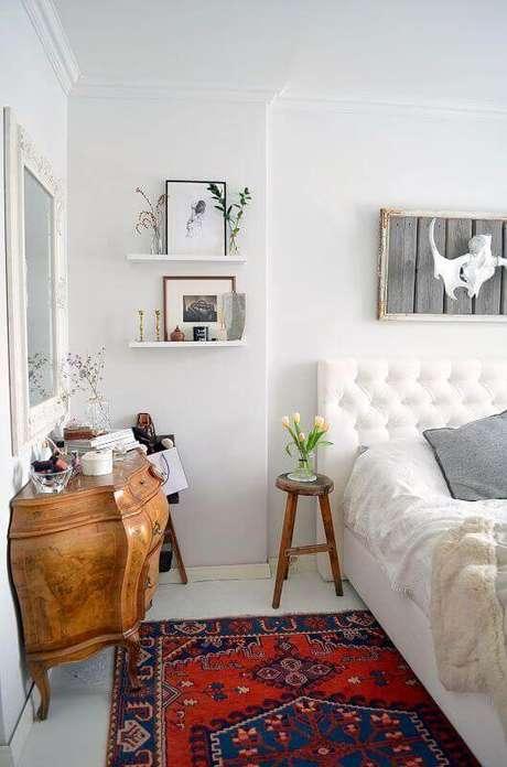 51. Mesa de canto pequena para quarto todo branco decorado com cabeceira capitonê – Foto: Behance