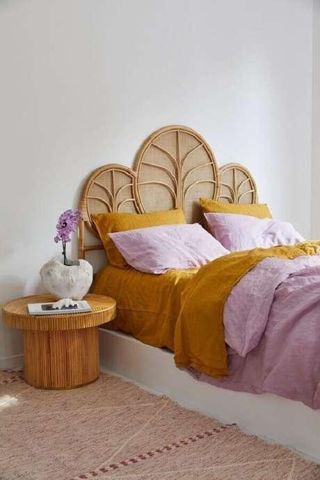 53. Mesa de canto redonda de madeira para quarto simples – Foto: Home Fashion Trend