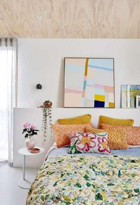 54. Mesa de canto redonda para quarto branco decorado com detalhes coloridos – Foto: Casa de Valentina
