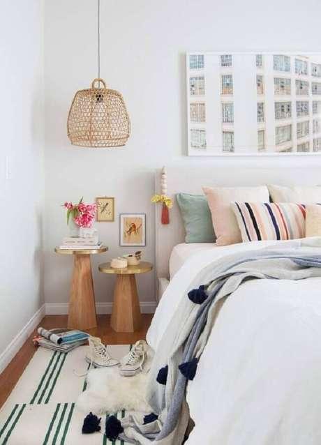 55. Mesa de canto para quarto todo branco decorado com luminária pendente rústica – Foto: Casa de Valentina