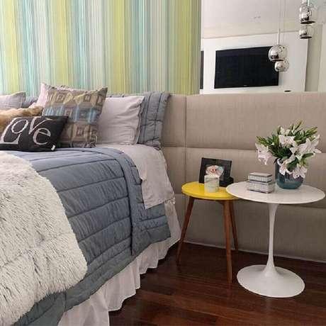 57. Mesa de canto redonda para quarto de casal decorado com parede espelhada – Foto: Pinterest