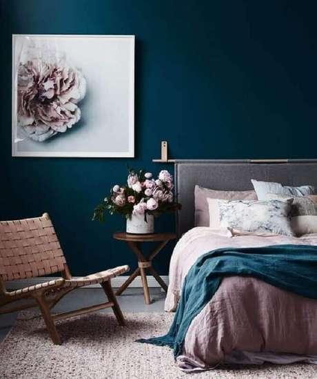 59. Mesa de canto redonda para quarto decorado com parede azul escuro – Foto: Decostore