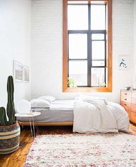 60. Mesa de canto para quarto de casal simples decorado com vaso de cacto – Foto: Oppa Design