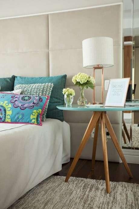 61. Mesa de canto redonda para quarto sofisticado decorado com cabeceira estofada planejada – Foto: Casa Très Chic