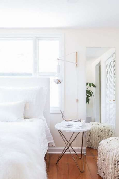 62. Mesa de canto para quarto decorado todo branco – Foto: We Heart It
