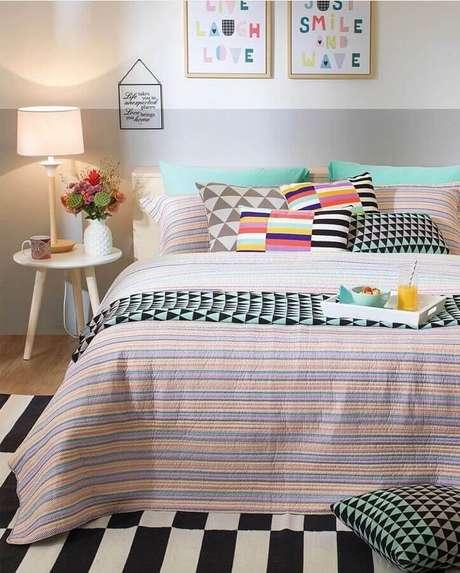 63. Mesa de canto para quarto de casal decorado com almofadas coloridas – Foto: Pinterest