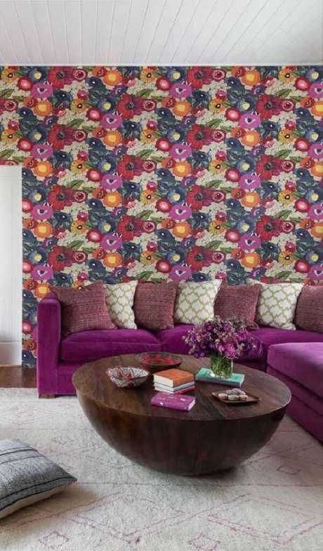 22. Mesmo com sofá roxo o papel de parede rouba a cena na sala de estar. Fonte: Pinterest