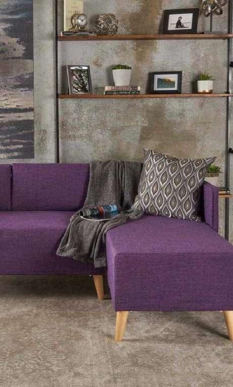23. Modelo de manta para sofá roxo em tom cinza. Fonte: Pinterest