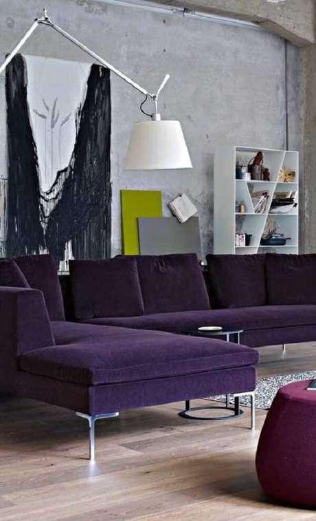 24. Modelo de sofá de canto roxo com pés metálicos. Fonte: Pinterest