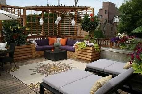 25. Modelo de sofá de canto roxo traz conforto para área externa. Fonte: Revista Viva Decora
