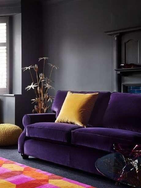 27. Modelo de sofá roxo escuro em veludo e almofada amarela. Fonte: Almanaque da Mulher
