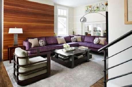 28. Na presença do sofá roxo a dica é optar por um teto branco para dar amplitude ao espaço. Fonte: Pinterest