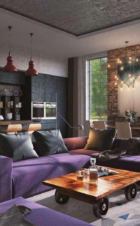 29. O ambiente sóbrio e moderno ganhou ainda mais personalidade com o sofá de canto roxo. Fonte: Pinterest