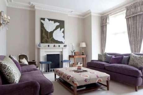 30. O conjunto de sofá roxo acomoda mais pessoas na sala. Fonte: Pinterest