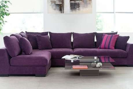 32. O sofá de canto roxo acomoda familiares e amigos no ambiente. Fonte: Pinterest
