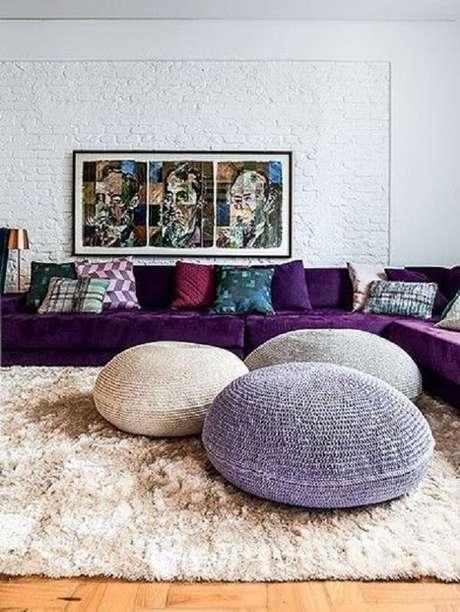 33. O sofá de canto roxo acomoda várias pessoas no ambiente. Fonte: Pinterest