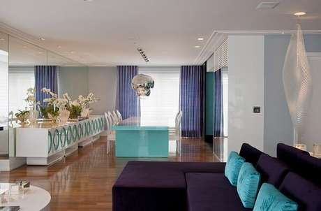 35. O sofá roxo com chaise se destaca na decoração dessa sala de estar. Projeto por Brunete Fraccaroli